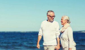 Par med kolostomi vid havet